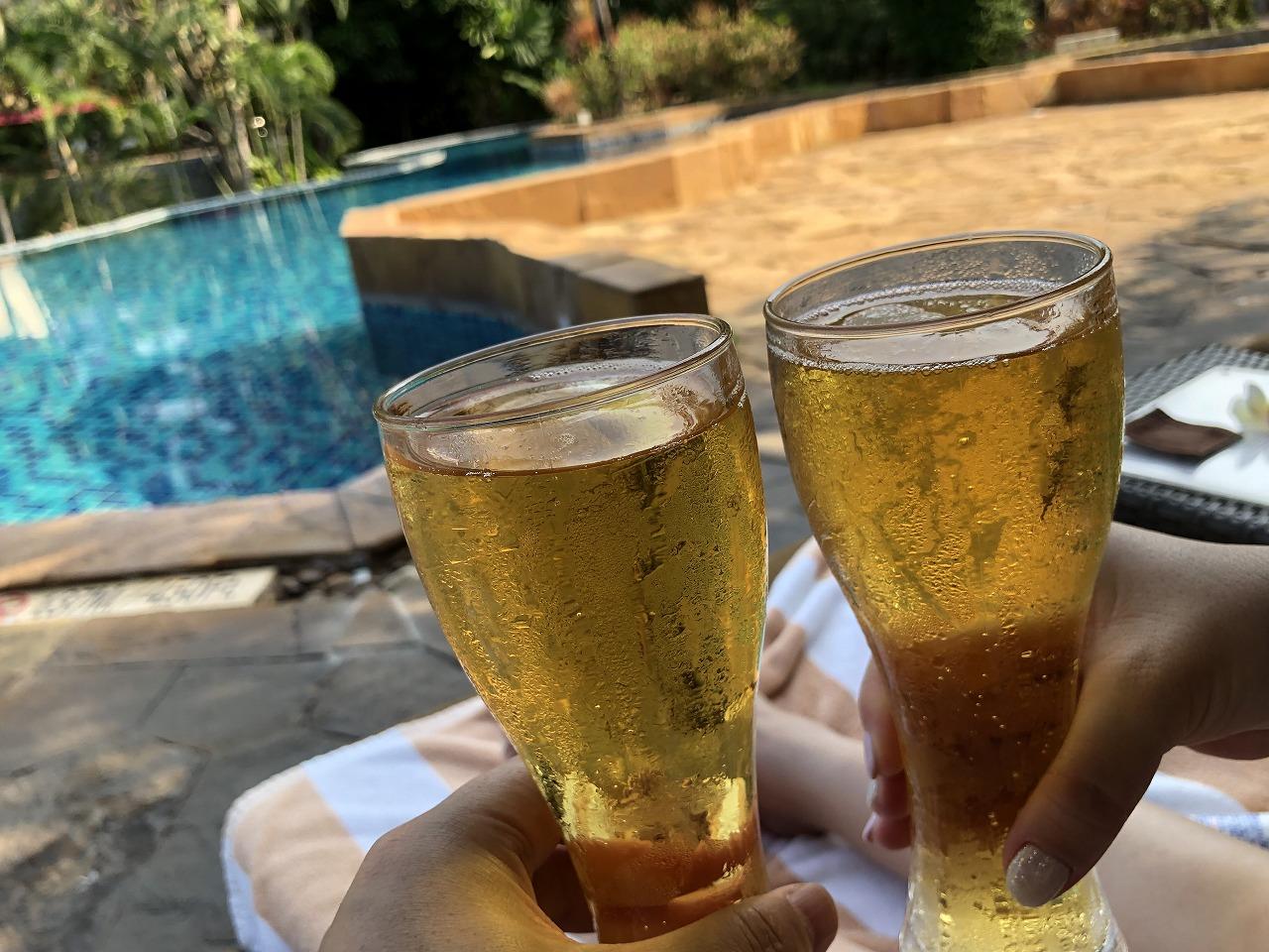 デュシタニホアヒンリゾートプールサイドでビールで完敗!